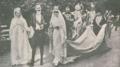 D. Manuel II e a noiva D. Augusta com a Grã-Duquesa de Baden; a Marquesa do Faial segura a cauda do vestido da noiva - Ilustração Portugueza (22Set1913).png