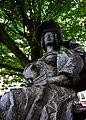 Dame au châpeau sur un blanc public à l'intersection de la rue Anna Paulownastraat et Bazarstraat.jpg