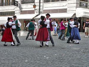 Lozan'da bir halk dansları gösterisi.