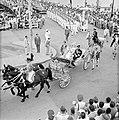 De calèche met het koninklijk paar verlaat de Emmabrug in Willemstad, Bestanddeelnr 252-3607.jpg