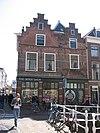 foto van Twee panden op de hoek van de Jacob Gerritstraat, waarvan de beganegrond tot een winkelruimte is verenigd