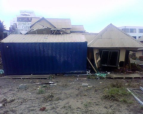 Destroyed building Mirador by the tsunami in Pichilemu, and also by a kiosk/container. Image: Diego Grez.
