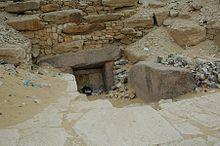Фотография северной стены пирамиды Джедкаре