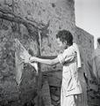 ETH-BIB-Frau bei Bearbeitung von getrocknetem Fleisch-Abessinienflug 1934-LBS MH02-22-0745.tif
