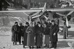ETH-BIB-Gruppe vor Flugzeug bei St. Moritz-Inlandflüge-LBS MH05-75-42.tif