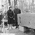 Eerste steen voor Het Dorp, Mies Bouwman en dr. Klapwijk de eerste steen onthu, Bestanddeelnr 914-7647.jpg
