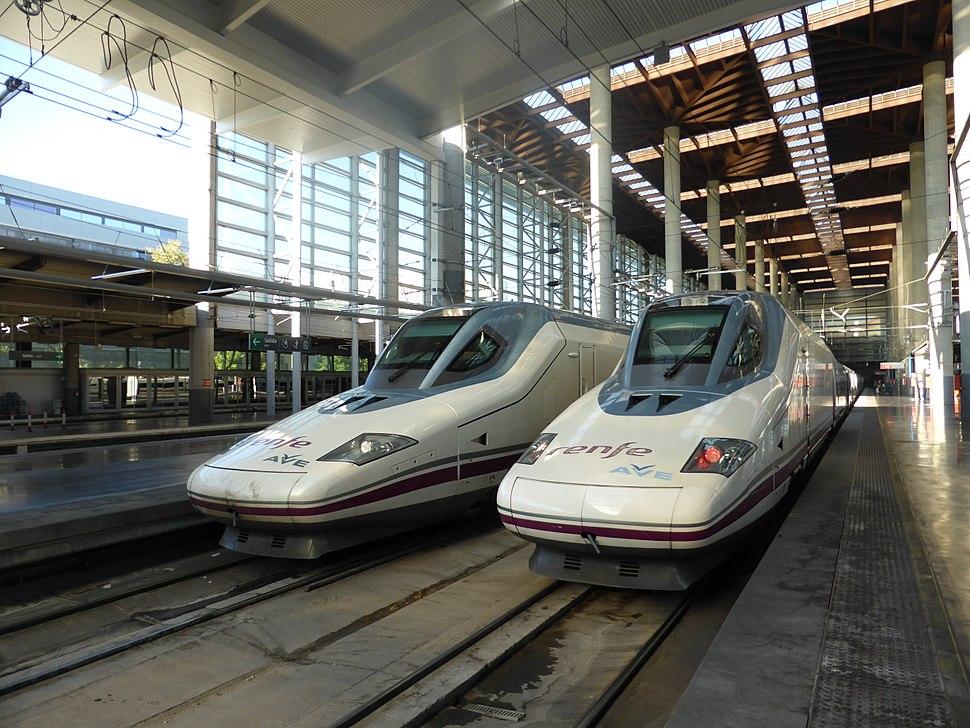 Estación de Madrid Puerta de Atocha, tren AVE con destino Valencia, España. Renfe serie 112