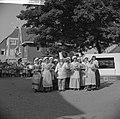 Feest in Huissen Noel de Sloovere met diensters, Bestanddeelnr 912-6552.jpg