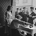 Franse militairen bij de ingang van een wijnbedrijf, Bestanddeelnr 254-3897.jpg