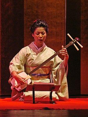 Culture of Japan - Fumie Hihara, au shamisen (danse du Kabuki, musée Guimet)