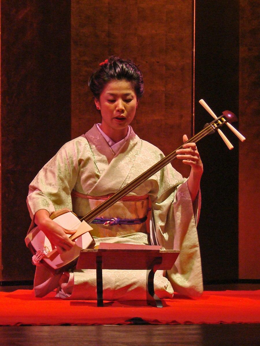 Fumie Hihara, au shamisen (danse du Kabuki, musée Guimet)