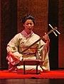 Fumie Hihara, au shamisen (danse du Kabuki, musée Guimet).jpg