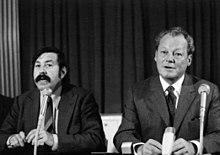 gnter grass mit willy brandt 1972 pressekonferenz mit schlerzeitungsredakteuren in bonn - Gunter Grass Lebenslauf