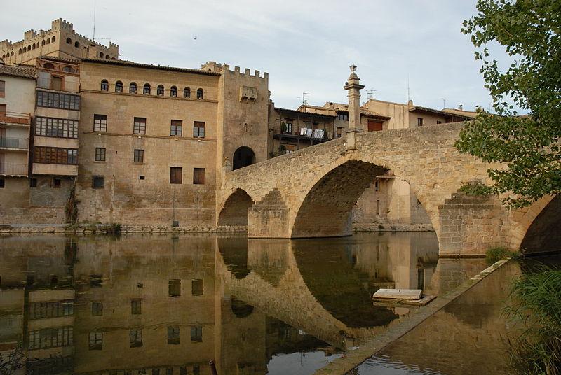 File:G01 Pont de Pedra sobre el Matarranya i façana posterior de la Casa de la Vila.jpg