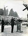 Generaal James Gavin ontsteekt het bevrijdingsvuur bij het Jan van Hoofmonument met links Burgemeest F84291.jpeg