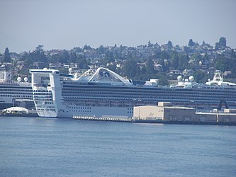 Golden Princess from Pier 66, Seattle.jpg
