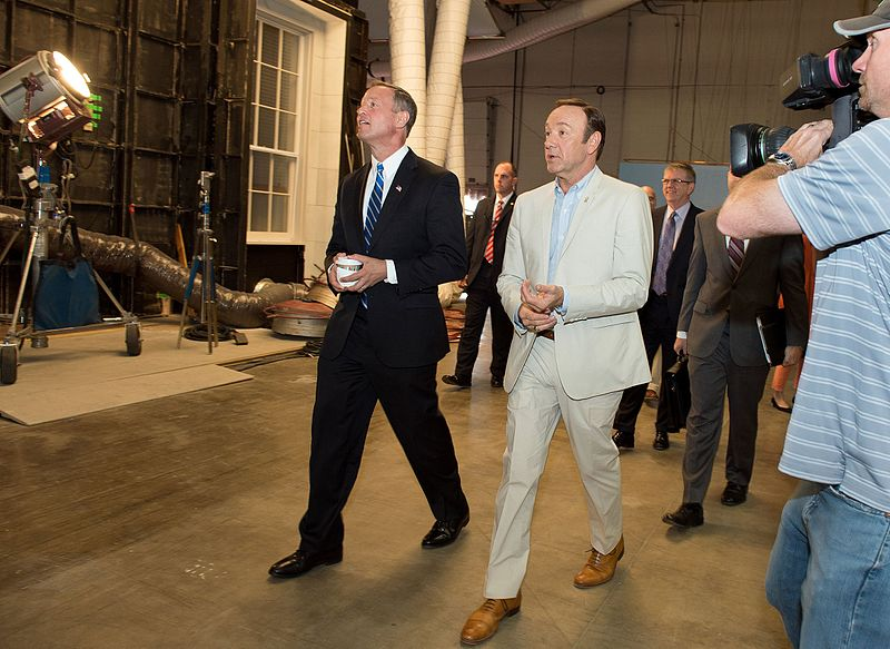 File:Governor Tours the House of Cards Set (8774078386).jpg