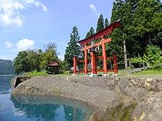 湖畔に建つ御座石神社
