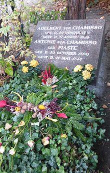 Das Ehrengrab von Adelbert von Chamisso in Berlin-Kreuzberg (Quelle: Wikimedia)