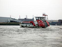 Moderne HADAG-Fähre auf der Elbe