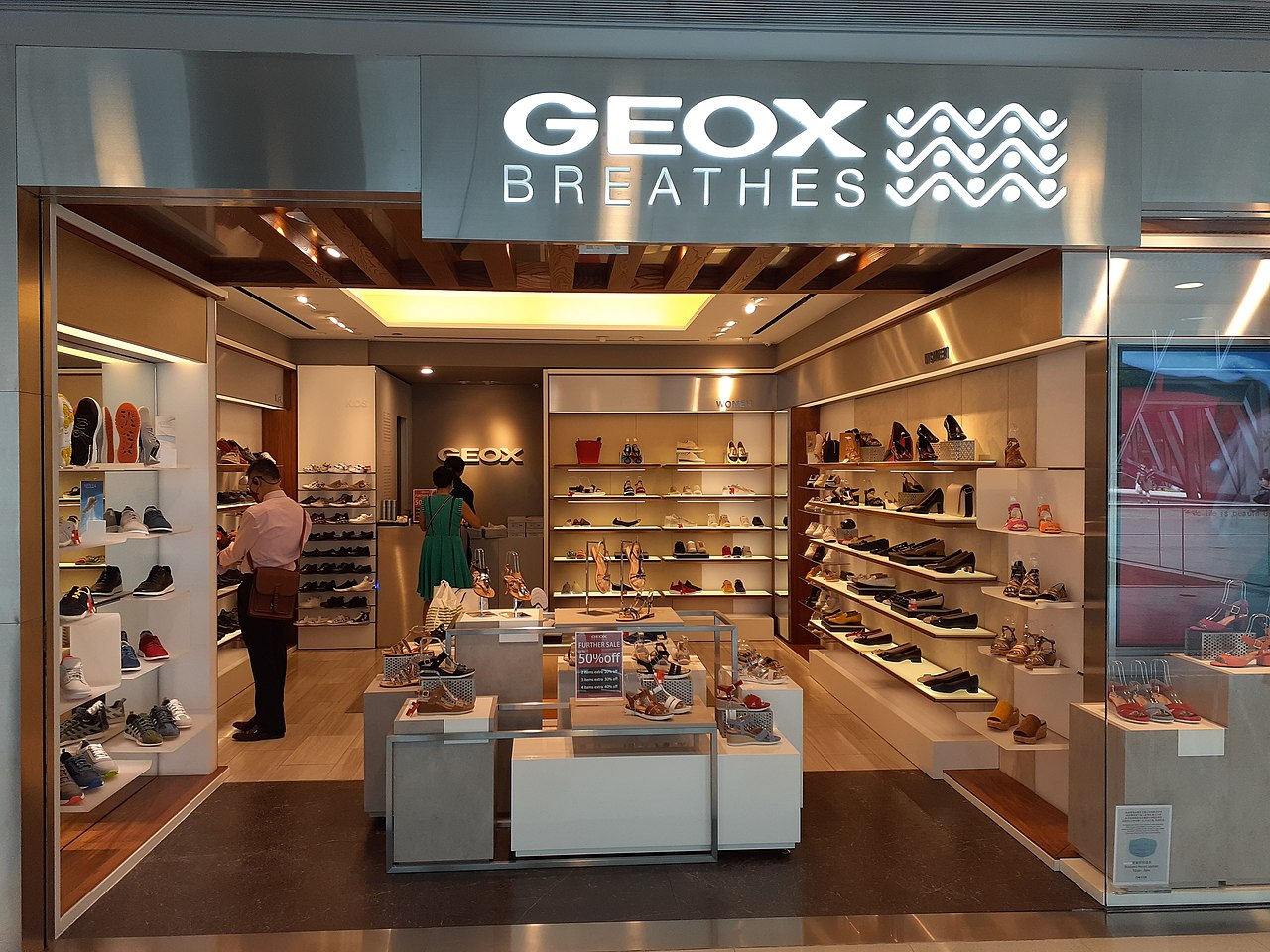 ven calificación pasillo  File:HK Central IFC Mall shop GEOX Breathes June 2020 SS2 02.jpg -  Wikimedia Commons