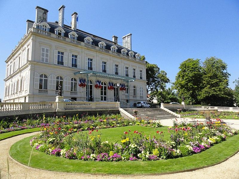 Façade nord de l'Hôtel de Ville d'Épernay, prise depuis son parc