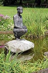 Hockende, Bad Neuenahr, Skulptur von Zeman im Kurgarten (2014-08-29 Sp).jpg