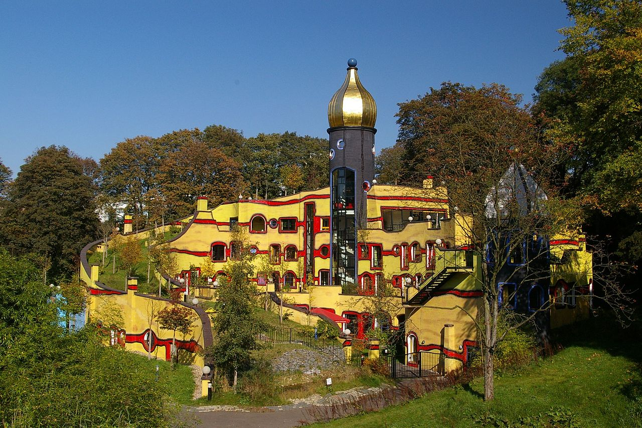 File hundertwasser geb ude wikimedia commons for Hundertwasser architektur