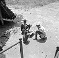Iemand van Van de Polls reisgezelschap speelt een gezelschapsspel (Awari Bangi) , Bestanddeelnr 252-6791.jpg