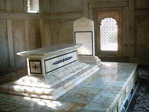 Tomb of Allama Iqbal - Image: Inside allama iqbals tomb