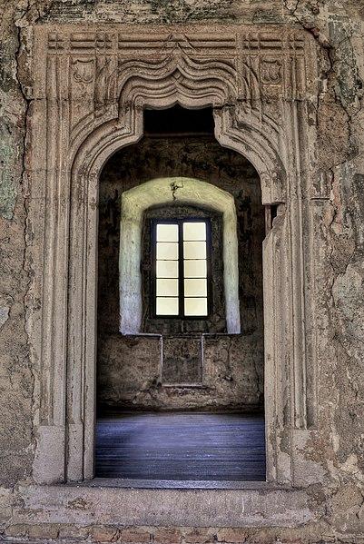 File:Interiér hradu Bečov.JPG