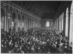 The Palace des Glaces, filled with people during the signing of the Treaty of Versailles