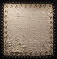 Italia, fazzoletto in lino, con ricami in seta e oro filato, 1575-1600 ca. 01.jpg
