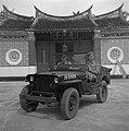 Jeep 'Nelleke' waarmee fotograaf Van der Poll door Maleisië werd gereden voor ee, Bestanddeelnr 255-8164.jpg