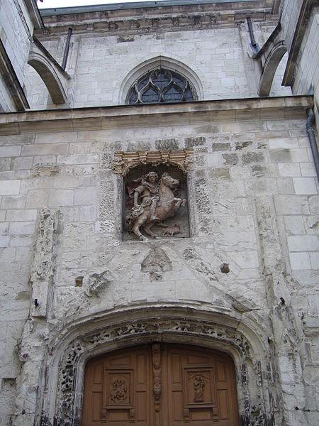Église Saint-Thibault de Joigny - Porte avec au-dessus la statue équestre de saint Thibault par le sculpteur Jean de Joigny.