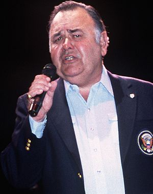 Entertainer Jonathan Winters performs in a Uni...