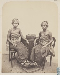 KITLV 4378 - Isidore van Kinsbergen - Two women from the Raja of Boeleleng- Djero Trena and I Djampiring - 1865.tif