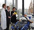Keyvan Dahesch bei der Spende mit Frau Rönsch.jpg