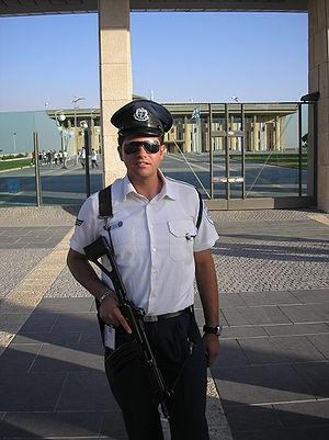 Knesset Guard - A Knesset Guard, armed with a Galil assault rifle, in front of the Knesset, 2008