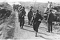 Kolumna angielskich i amerykańskich jeńców na froncie włoskim (2-2500).jpg