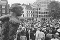 Koningin Beatrix onthult beeld Multatuli op de Torensluis in Amsterdam het beel, Bestanddeelnr 933-9813.jpg