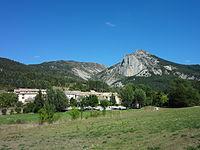 La Garde (Alpes-de-Haute-Provence), le village et le Rocher Saint-Martin.jpg
