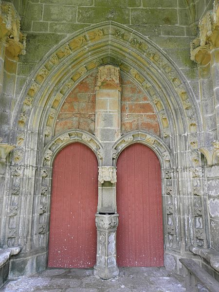 Portes jumelées à l'intérieur du porche sud de la chapelle saint-Fiacre du Faouët (56).
