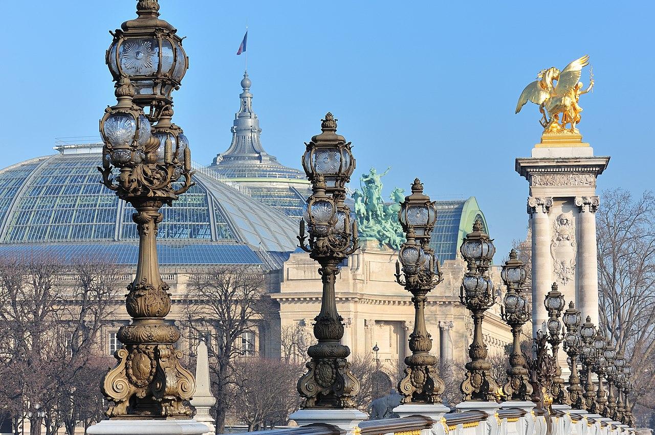 Le Grand Palais depuis le pont Alexandre-III à Paris. Ces deux édifices furent construits pour l'exposition universelle qui se tint du 15 avril 1900 au 12 novembre 1900.  (définition réelle 2048×1362)