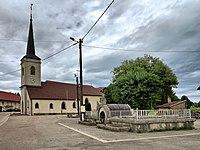 Le Luhier, la fontaine et l'église.jpg