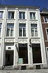 foto van Huis met door pilasters gelede lijstgevel.