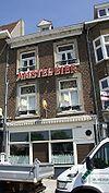 foto van Huis met lijstgevel, vensters met rechthoekige omramingen en ijzeren raamhekjes.