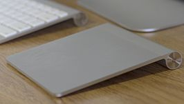 De Magic Trackpad naast een Apple Keyboard.
