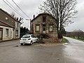 Maison, croix, banc et automobile à Blannay (Yonne).jpg
