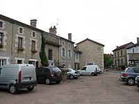 Maisonnais-sur-Tardoire, place centrale.jpg